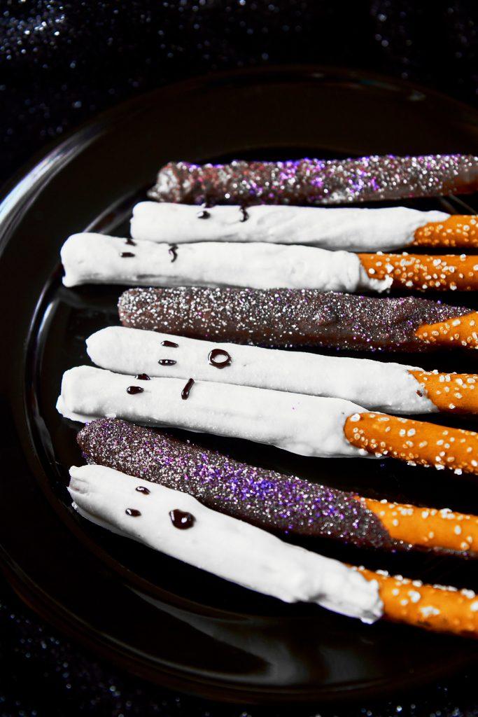 dark chocolate dipped halloween pretzels with ghost pretzels